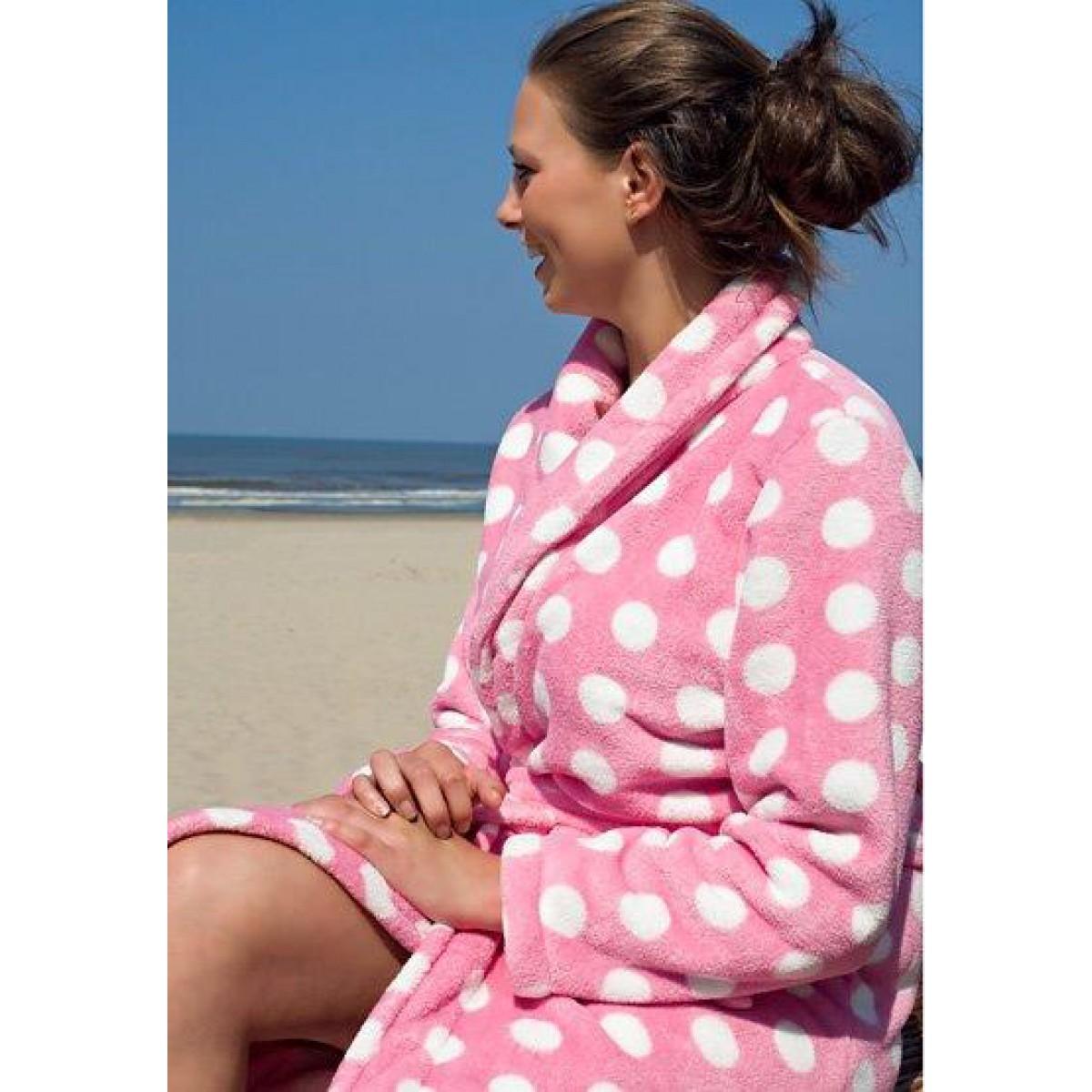 roze badjas met witte stippen