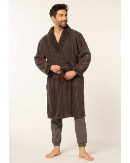 bruine badjas voor hem